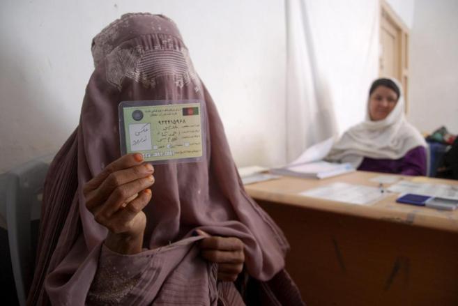 Hajija muestra el carnet de voto que acaba de obtener en Lashkar Gah.