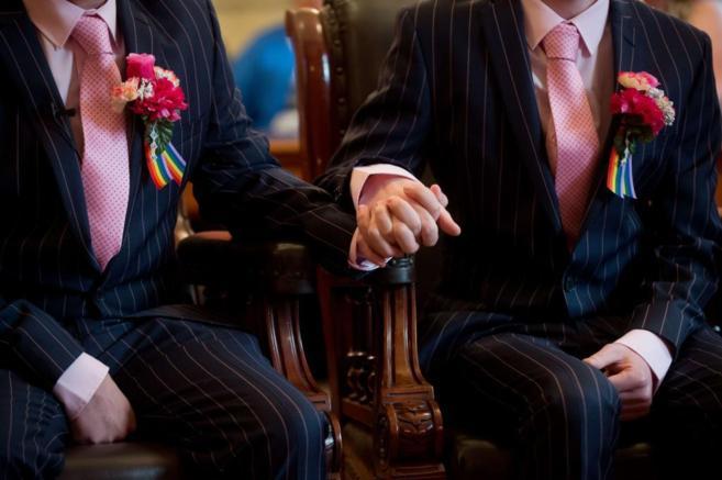Phil Robathan y James Preston se cogen de la mano durante su ceremonia...