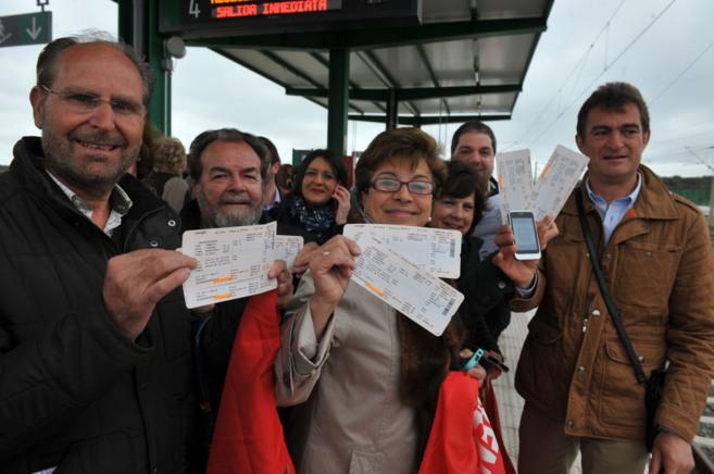 Los vecinos de la comarca de Los Pedroches muestras sus billetes de...