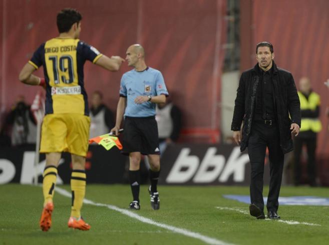 Simeone y Diego Costa dialogan durante el partido.