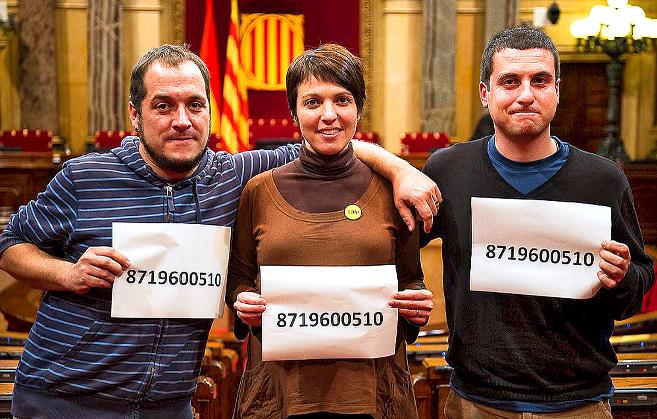 Los tres diputados de la CUP, posando en el Parlament con el número...
