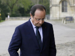 El presidente Hollande, cabizbajo, dirigiéndose a recibir al...