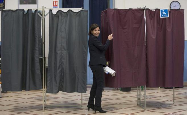 La candidata socialista Anne Hidalgo llega a la cabina para votar en...