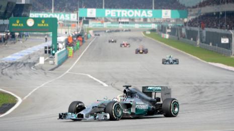 Lewis Hamilton, al frente de la carrera en el circuito de Sepang.