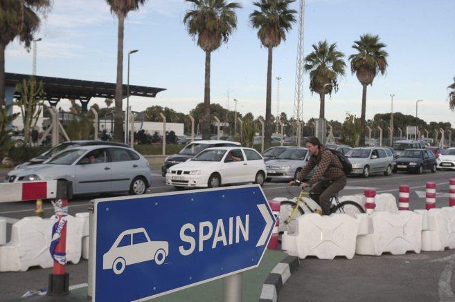 Colas de vehículos para cruzar la frontera desde España a Gibraltar.