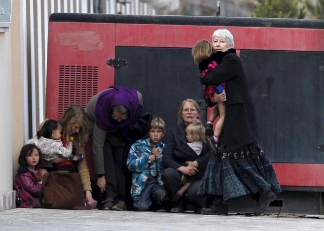 Extranjeros evacuados durante uno de los recientes ataques en Kabul.