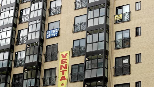 Imagen de archivo de un bloque de pisos en Madrid con varios con el...