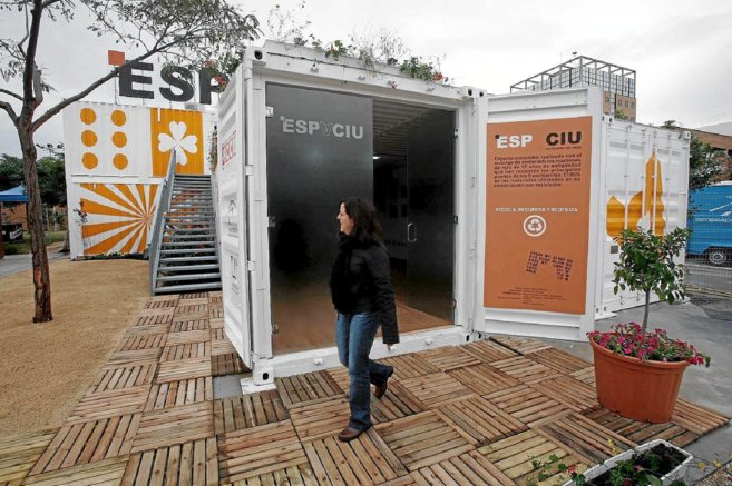 Uno de los contenedores de Espaciu en el campus de Teatinos, junto a...