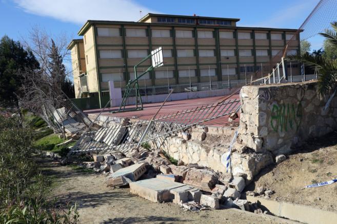Estado en que quedó uno de los muros perimetrales del colegio Los...
