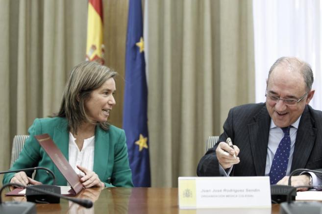 Ana Mato y Juan José Rodríguez Sendín en la firma de un acuerdo el...
