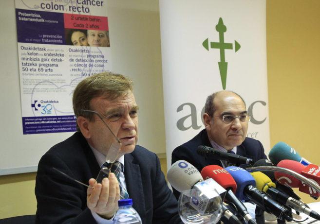 Jon Darpón (d) y Gabriel Otalora de la asociación contra el cáncer,...