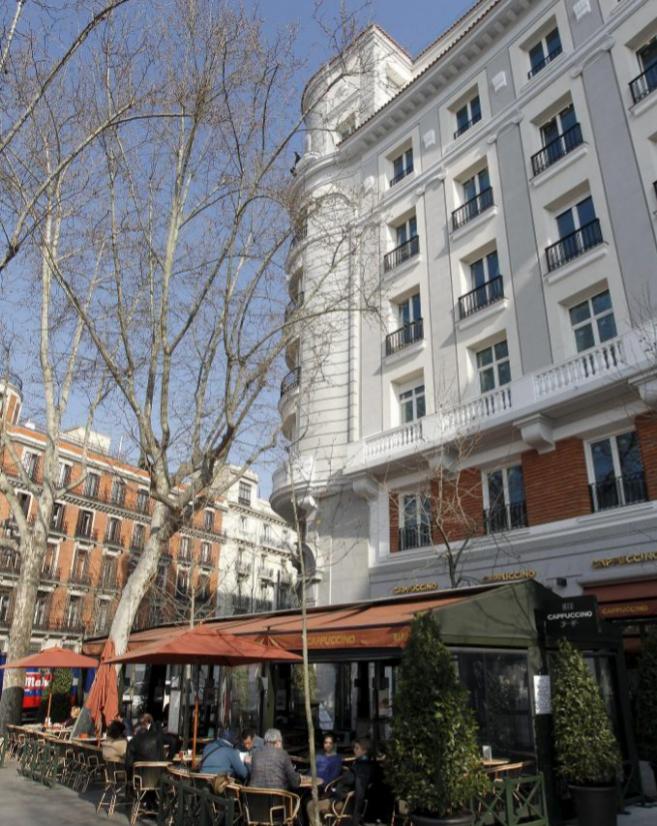 Fachada de viviendas en la Plaza de la Independencia de Madrid.