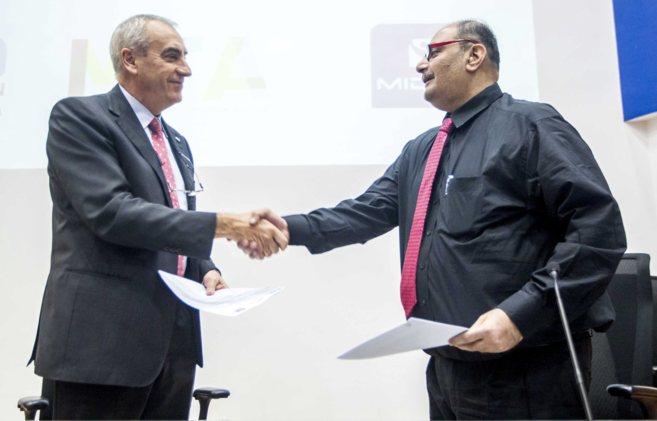 El rector Iosu Zabala junto al empresario indio Parag Shah.