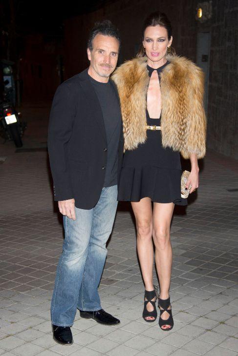 La anfitriona, Nieves Álvarez, junto a su marido, al llegar a la...