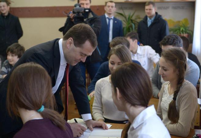 El primer ministro ruso, Dmitri Medvedev, en  la escuela Konstantin...