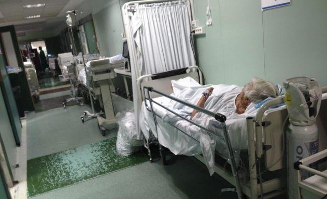 Pacientes en un pasillo de Urgencias