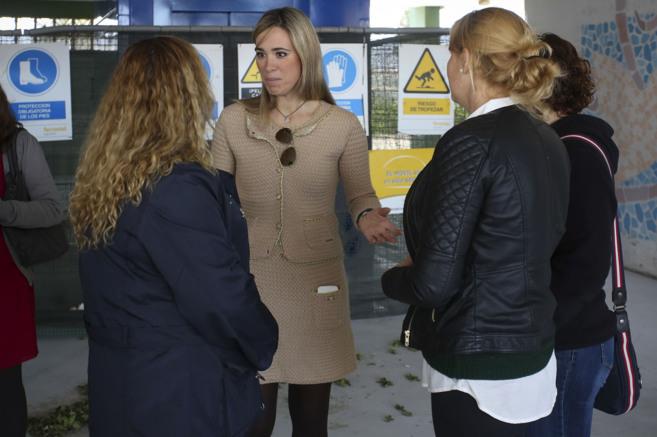 La delegada de Educación conversa con miembros del AMPA de Los...