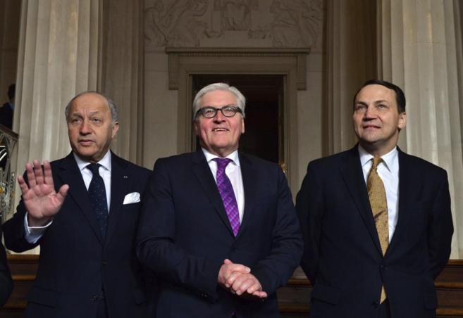 De izda. a dcha., Fabius, Steinmeier y Sikorski, durante su encuentro...