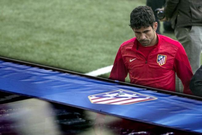 Diego Costa retirándose del entrenamiento tras sufrir la lesión.