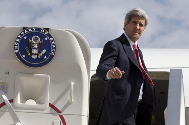 El secretario de Estado norteamericano, John Kerry, en el aeropuerto...