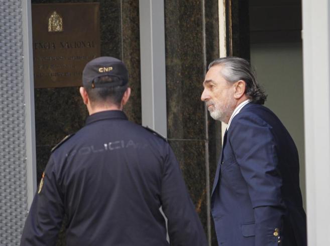 El supuesto cabecilla de la trama Gürtel, Francisco Correa, entrando...
