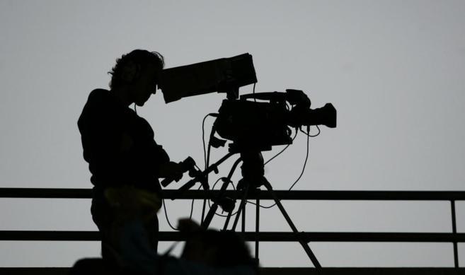 Un cámara de televisión en un partido de la Liga.