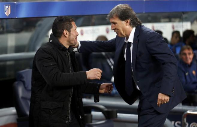 Simeone y Martino se saludan al inicio del partido.