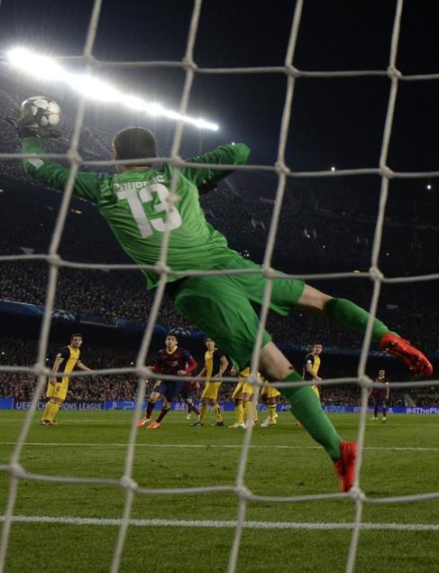 Courtois realiza una parada en el encuentro del Camp Nou.