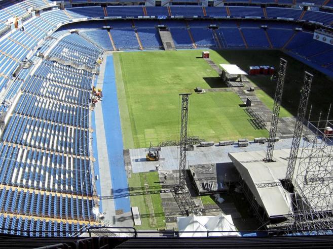 El Bernabéu, preparándose para su último gran concierto,...