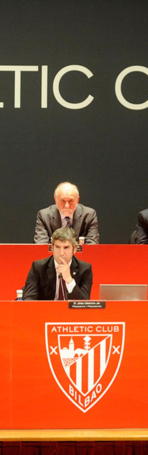 La junta directiva del Athletic, con el presidente Josu Urrutia en el...