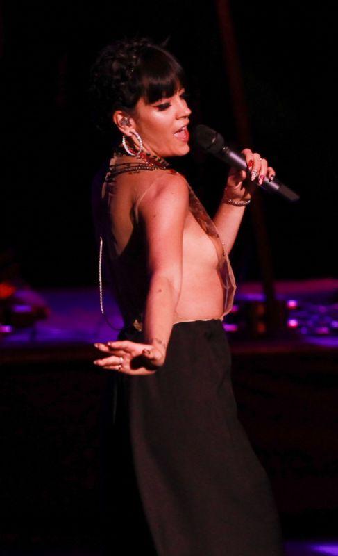 La cantante actuó anoche en un concierto benéfico con una...
