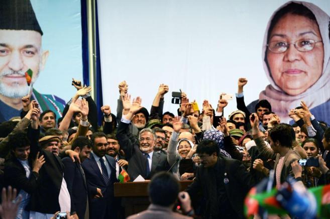 El candidato Zalmai Rassoul, en un mitin electoral en Kabul con el...