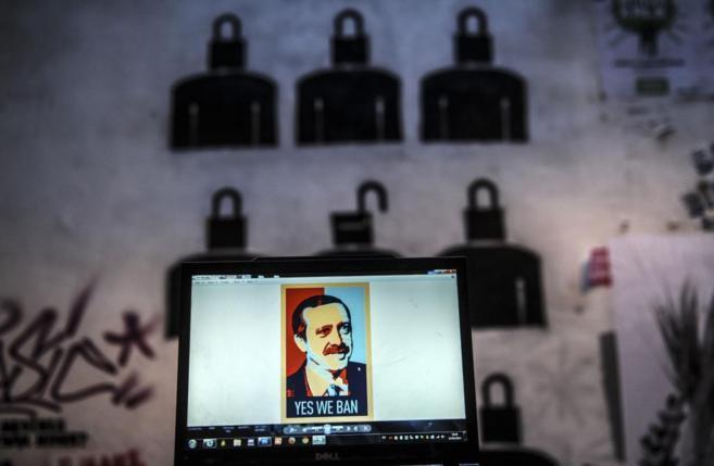"""Un ordenador con una fotografía de Erdogan con el texto """"Sí,..."""
