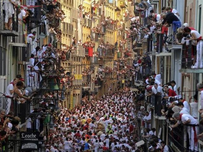 Foto del español Pedro Armestre durante un encierro de las fiestas de...