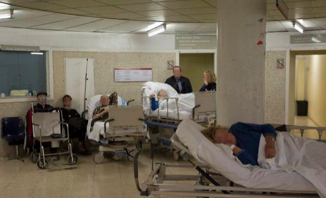 Pacientes en los pasillos de la Urgencia