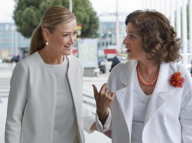 La delegada del Gobierno, Cristina Cifuentes, junto a la alcaldesa de...