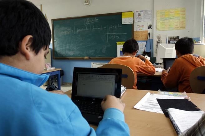 Alumnos de un colegio de Málaga utilizan los portátiles entregados...