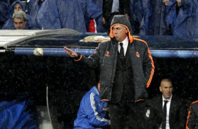 Ancelotti da instrucciones bajo la lluvia del Bernabéu.