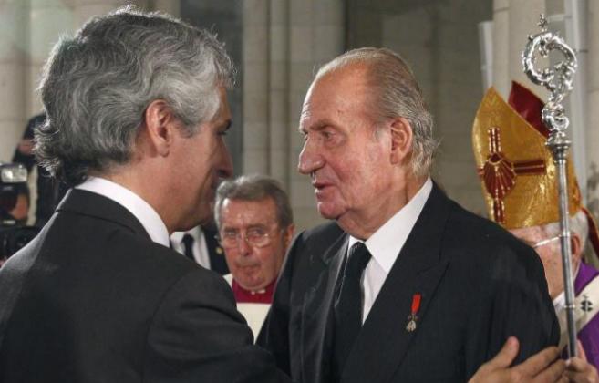 El Rey Juan Carlos da el pésame a Adolfo Suárez Illana tras el...