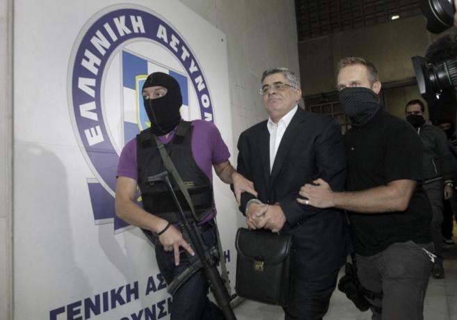 Dos policías llevan arrestado al líder de Amanecer Dorado, Nikos...
