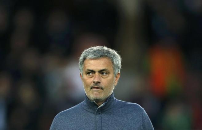 Mourinho pisa el terreno de juego minutos antes del partido.