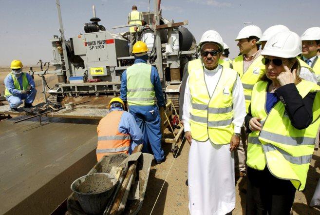 La ministra de Fomento, Ana Pastor, durante la visita a las obras del...