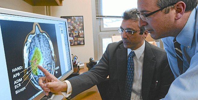 El investigador Álvaro Pascual Leone en su despacho del Beth Israel...