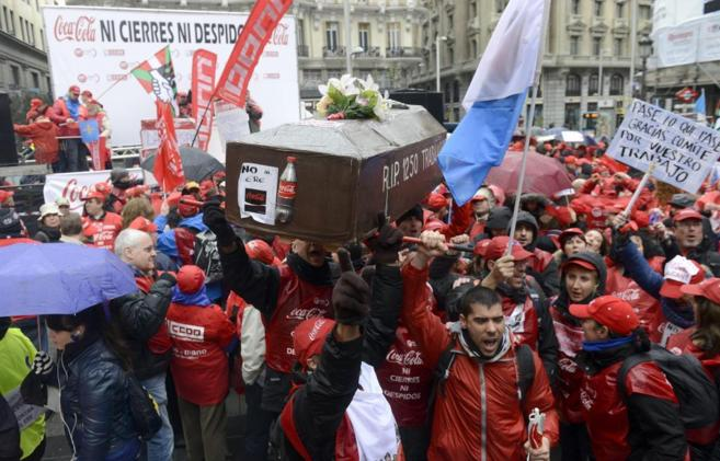 Protesta de los trabajadores de Coca Cola contra el ERE con un ataúd
