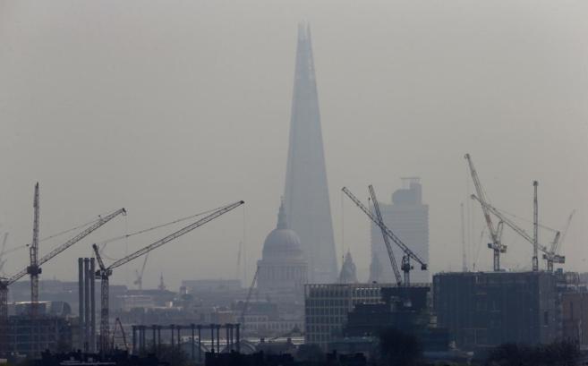 El Puente de Londres y la Catedral de San Pablo rodeados por una nube...