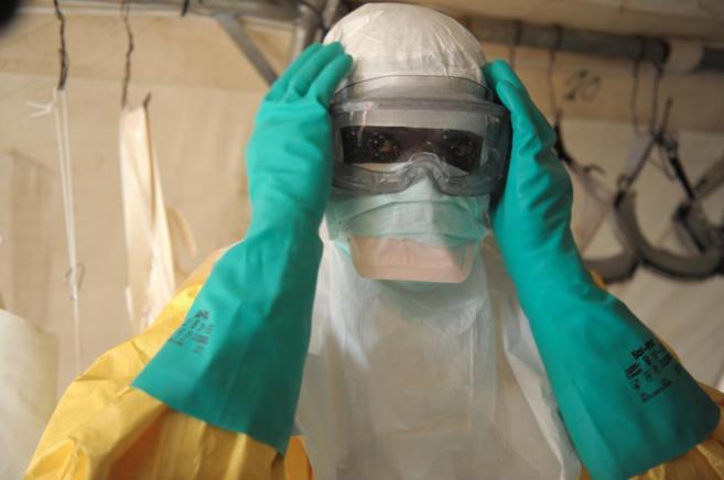 Un sanitario se protege para atender personas con Ébola.