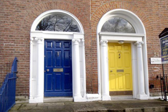 Imagen de las puertas de las típicas casas georgianas en Dublín.