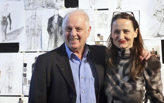El director argentino-israelí Daniel Barenboim junto a la coreógrafa...