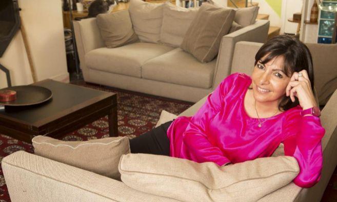 Anne Hidalgo posa en el salón de su casa de París