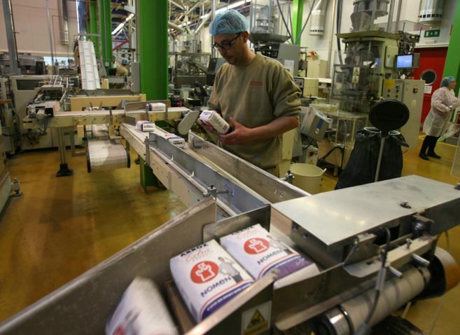 Un operario de la Cooperativa de Arroceros del Delta del Ebro trabaja...